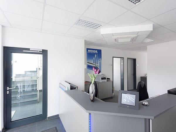 Gewerbebau mit Büro Eingang