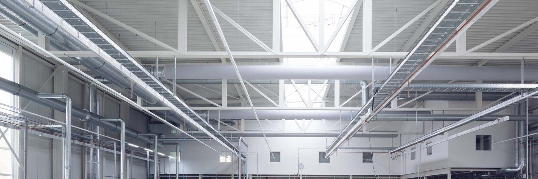 Maschinenhalle mit Büro