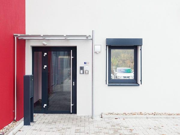 Gewerbehalle mit Büro Eingangsbereich