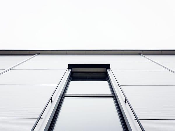 Gewerbehalle mit Büro Fassade
