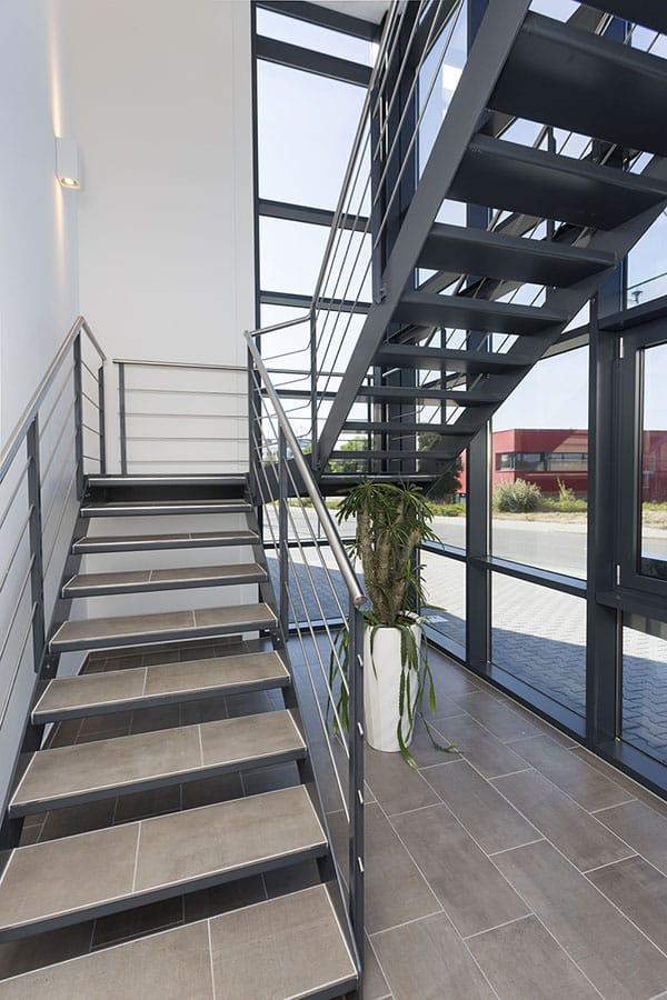 Gewerbehalle mit Bürogebäude Treppe