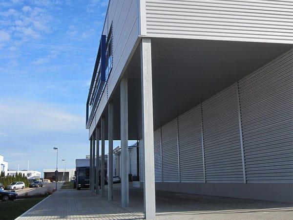 Industriehalle mit Büro Vordach