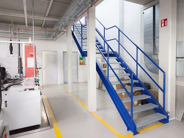 schlüsselfertige Produktionshalle mit Büro Treppe