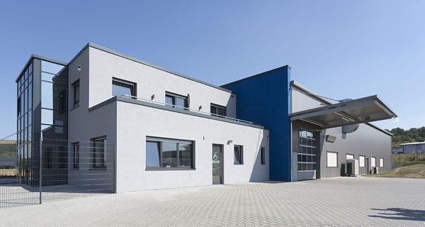 Schmid Gewerbehalle mit Bürogebäude
