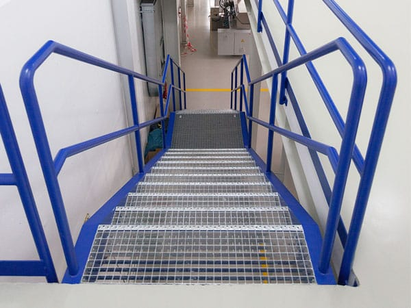 Treppe schlüsselfertige Produktionshalle mit Büro